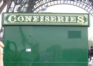 Panneau confiseries sous la Tour Eiffel