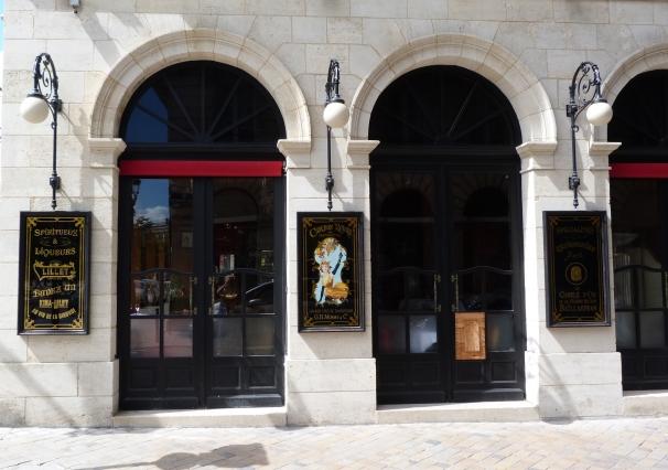 Café Bellini devanture de droite : panneaux spiritueux et liqueurs, Cordon Rouge Mumm et Canelés Bailardran