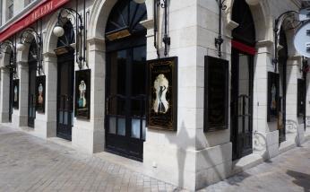 façade du Café Bellini avec les sept panneaux décoratifs