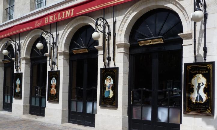 Façade principale du Café Bellini avec quatre panneaux décoratifs